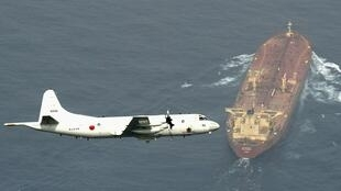 طائرة استطلاع يابانية تحلق فوق ناقلة نفط في خليج عدن قرب سواحل الصومال عام 2015.