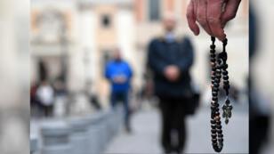 """Una coalición internacional de laicos conocida como """"Acies Ordinata"""" realiza una manifestación contra los abusos a menores en la Iglesia católica. Roma, Italia, el  el 19 de febrero de 2019."""
