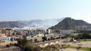 De la fumée s'échappe d'un dépôt d'armes à Aden, le 28 mars 2015.