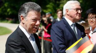 El presidente colombiano, Juan Manuel Santos (izq.) Y su homólogo alemán, Frank-Walter Steinmeier, durante una ceremonia de bienvenida en el palacio presidencial de Bellevue en Berlín. 9 de mayo de 2018.