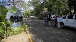 Diversos periodistas se encuentran a las afueras del Instituto Centroamericano de Administración de Empresas (Incae) lugar donde se desarrollan las conversaciones entre Gobierno y oposición