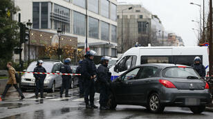 Des policiers déployés devant le siège de la DCRI, le 8 janveir, à Levallois.