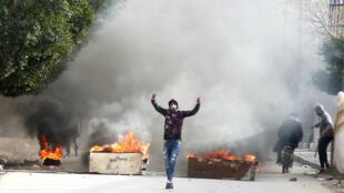 Manifestantes se enfrentan a la policía en la ciudad de Kaserine, centro de Túnez, el 25 de diciembre de 2018.