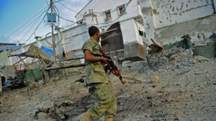 Un soldat devant l'hôtel attaqué le 27 mars 2015 par des insurgés shebab à Mogadiscio.