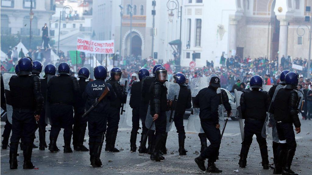 Policías antidisturbios mientras se enfrentaban a manifestantes durante una protesta contra el presidente interino, Abdelkader Bensalah, en Argelia el 12 de abril 2019.