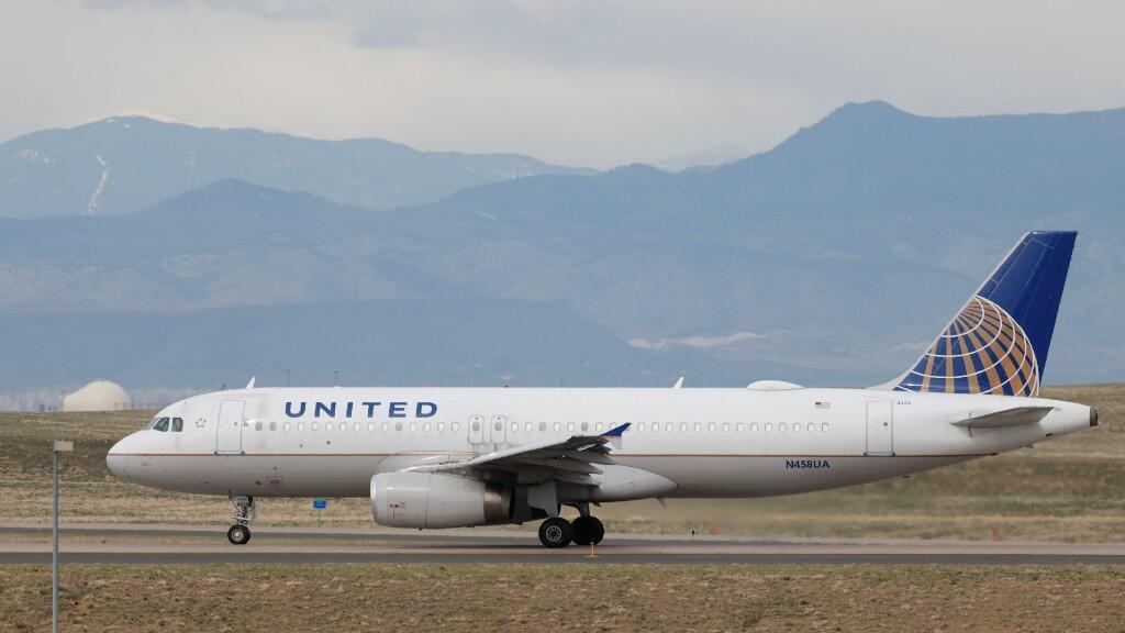Un avión de la compañía United Airlines se dispone a despegar desde el aeropuerto de Denver, en Estados Unidos. El 23 de abril de 2020.