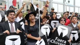 """Un grupo de manifestantes sostienen pancartas que dicen """"Fuera Chávarry"""" en referencia al ahora exfiscal general de Perú, durante una protesta frente a la Oficina del Fiscal General en Lima, Perú , el 8 de enero de 2019."""