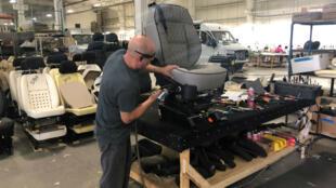 Imagen de archivo de un trabajador de ensamblaje de vehículos en Bristol, Indiana, Estados Unidos, el 16 de abril de 2019.