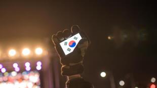 Un drapeau sud-coréen sur un smartphone brandi lors d'un rassemblement pour célebrer la destitution de Park Geun-hye