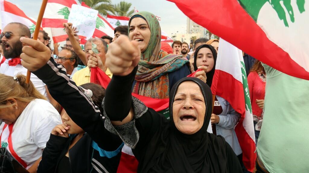 Los manifestantes hacen gestos y cantan consignas mientras se dirigen hacia el edificio del banco central, durante una protesta antigubernamental en la ciudad sureña de Tire, Líbano, 23 de octubre de 2019.