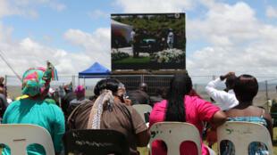 À Qunu, on regarde la cérémonie sur écran géant.
