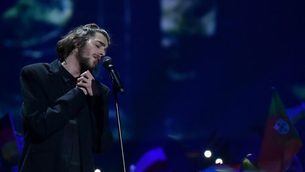 """Le chanteur portugais Salvador Sobral interprétant sa chanson """"Amar Pelos Dios"""", samedi 13 mai 2017, au concours de l'Eurovision."""