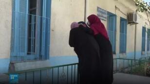 زوار بالقرب من نوافذ مرضى الكوليرا أثناء مواعيد الزيارة في مستشفى بوفاريك غرب الجزائر
