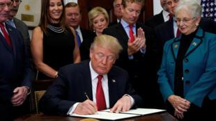 El presidente Donald Trump firma la orden ejecutiva contra Obamacare.