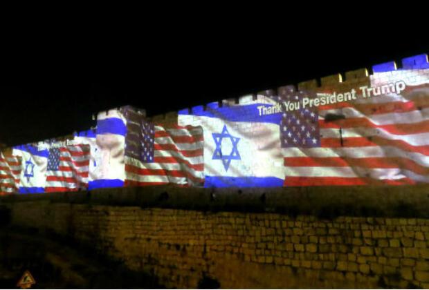 Les drapeaux israéliens et américains projetés à Jérusalem, mai 2018.