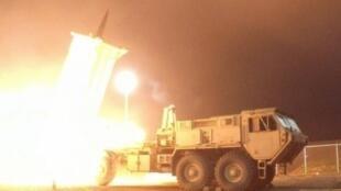 """بطارية دفاع صاروخي """"ثاد"""" خلال إجراء تجارب في آلاسكا 30 تموز/يوليو 2017"""