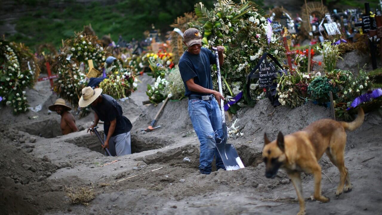 Un trabajador del cementerio de Xico, en las afueras de la capital mexicana Ciudad de México, cava una tumba en pleno aumento dela pandemia de Covid-19 en el país, este 31 de julio.
