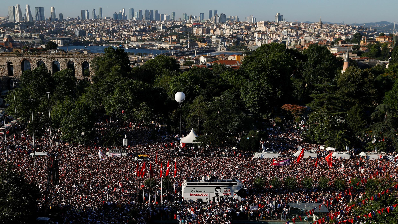 Una multitud celebra la toma de posesión de Ekrem Imamoglu como alcalde de Estambul, Turquía, el 27 de junio de 2019.