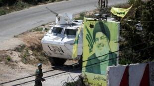 قوات حفظ السلام التابعة للأمم المتحدة في لبنان القرب من ملصق يصور زعيم حزب الله اللبناني في العديسة، لبنان 26 أغسطس/ آب 2019