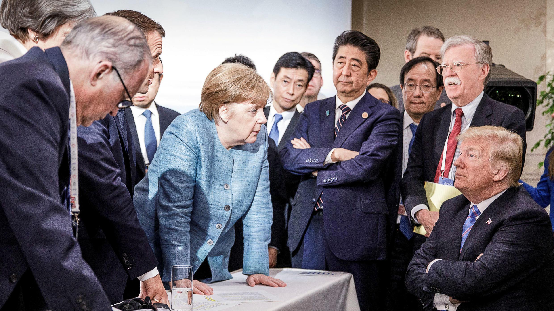 El primer ministro de Canadá Justin Trudeau, la primera ministra de Gran Bretaña Theresa May, el presidente de Francia Emmanuel Macron, la canciller de Alemania Angela Merkel y el presidente de EE. UU. Donald Trump discuten la declaración conjunta después de una reunión de desayuno. Malbaie, Quebec, Canadá. 9 de junio de 2018