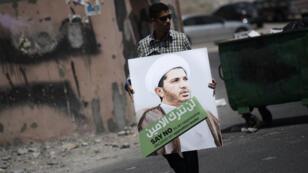 Un manifestant brandit un portrait du leader de l'opposition chiite du Bahreïn le 12 juin 2015 dans le village de Diraz, lors d'un rassemblement contre son arrestation.