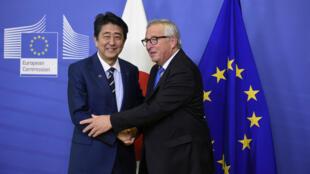 El primer ministro de Jaón, Shinzo Abe y Jean-Claude Juncker, presidente de la Comisión Europea durante una reunión celebrada en Bruselas en octubre de 2018.