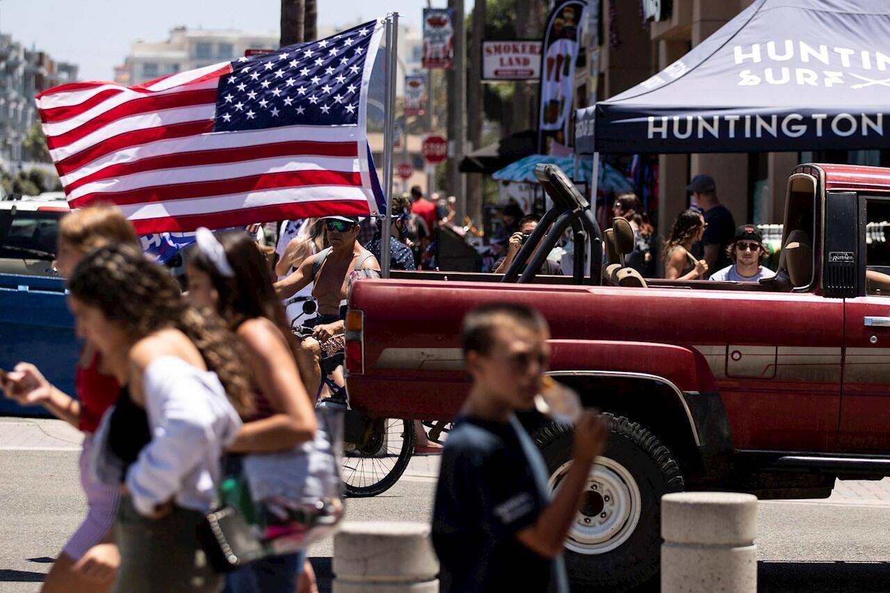 Archivo- Residentes de Florida transitan por una calle en medio de la pandemia del Covid-19, el 5 de julio de 2020.