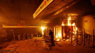 Une boutique de tickets de métro en feu, le 19 octobre 2019, à Santiago.