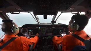 Des membres des forces aériennes indonésiennes lors des opérations de recherche, le 30 décembre 2014.