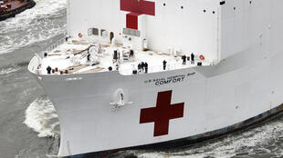 Le navire-hôpital est arrivé lundi 30 mars au port de New York.