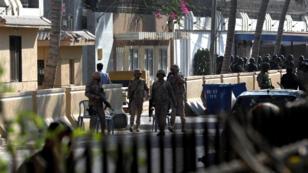 Oficiales de seguridad, fuerzas militares y policiales se encuentran en las afueras del consulado chino después del atentado sufrido el 22 de noviembre.