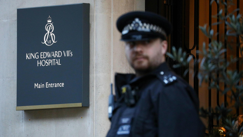 Un policía vigila el ingreso al hospital Rey Eduardo VII, donde se encuentra internado el duque de Edimburgo, en Londres, el 20 de diciembre de 2019.