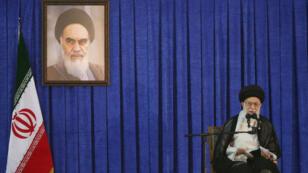 El líder supremo de Irán, el Ayatollah Ali Khamenei, pronuncia un discurso durante una ceremonia en la que se conmemora el aniversario de la muerte del Ayatollah Ruhollah Khomeini, en Teherán, Irán, el 4 de junio de 2017.