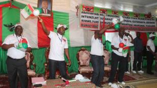 Le président Pierre Nkurunziza (au centre) célèbre sa nomination pour la présidentielle, le 25 avril à Bujumbura.