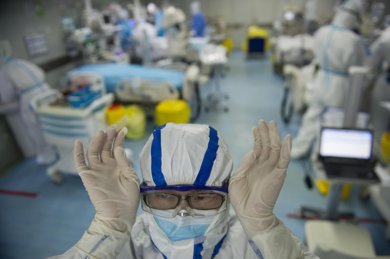 ممرضة في 22 شباط/فبراير 2020 في قسم الطوارئ في أحد مستشفيات ووهان