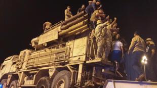 قوات موالية لحكومة الوفاق الوطني الليبية تستعرض نظاما للدفاع الجوي في العاصمة طرابلس في 20 ايار/مايو 2020