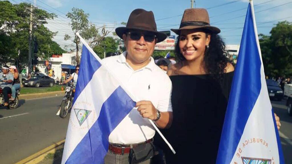 Verónica y Miguel participando en una marcha opositora.