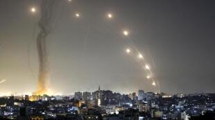 صواريخ تنطلق من قطاع غزة في اتجاه إسرائيل في 11 أيار/مايو 2021