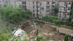 طريق تضررت جراء الأمطار في إحدى ضواحي نيودلهي في 26 تموز/يوليو 2018