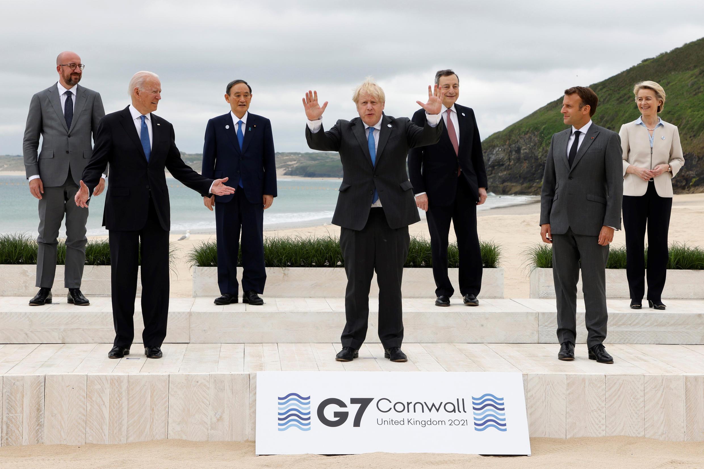 """Les dirigeants des pays du G7 posent pour la """"photo de famille"""" à l'ouverture du sommet de Carbis Bay, en Cornouailles anglaises, le 11 juin 2021"""