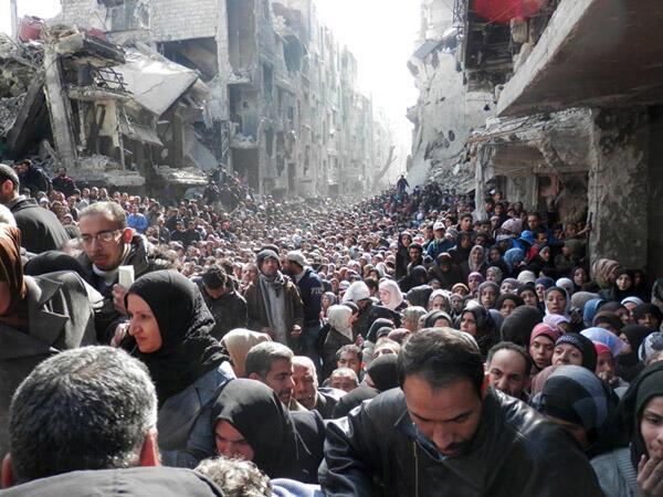 صورة فلسطينيين في مخيم اليرموك بدمشق