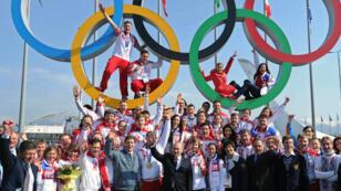 Le président russe Vladimir Poutine et les athlètes médaillés
