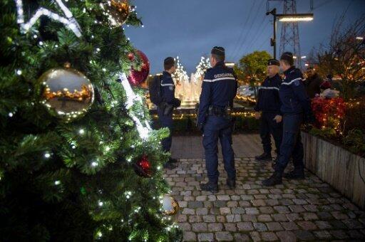 عناصر من الدرك الفرنسي يقومون بدورية أمنية في سوق الميلاد في تور بوسط فرنسا، 23 كانون الأول/ديسمبر 2016