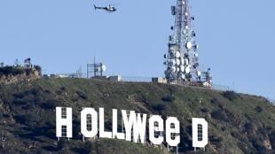 """لوحة """"هوليوود"""" الشهير بعد تعديلها إلى """"هوليويد"""" في 1 كانون الثاني/يناير 2017"""