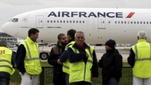 موظفون في إير فرانس يتظاهرون في مطار شارل ديغول
