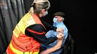 Un homme se fait vacciner contre le virus du Covid dans un centre à Rennes, le 7 avril 2021