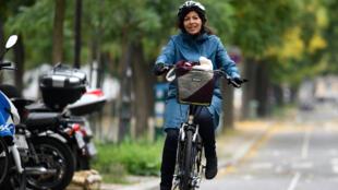 La alcaldesa de París, Anne Hidalgo, disfrutó del día sin vehículos en la capital francesa, el 1 de octubre de 2017