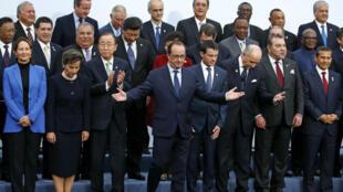 François Hollande pose entouré de chef d'État du monde entier lors de l'ouverture de la COP 21 au Bourget le 30 novembre 2015.