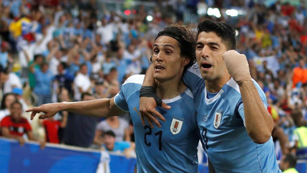 Edinson Cavani y Luis Suárez celebran el gol con el que Uruguay derrotó a Chile en el estadio Maracaná en Río Janeiro, Brasil, el 24 de junio de 2019.