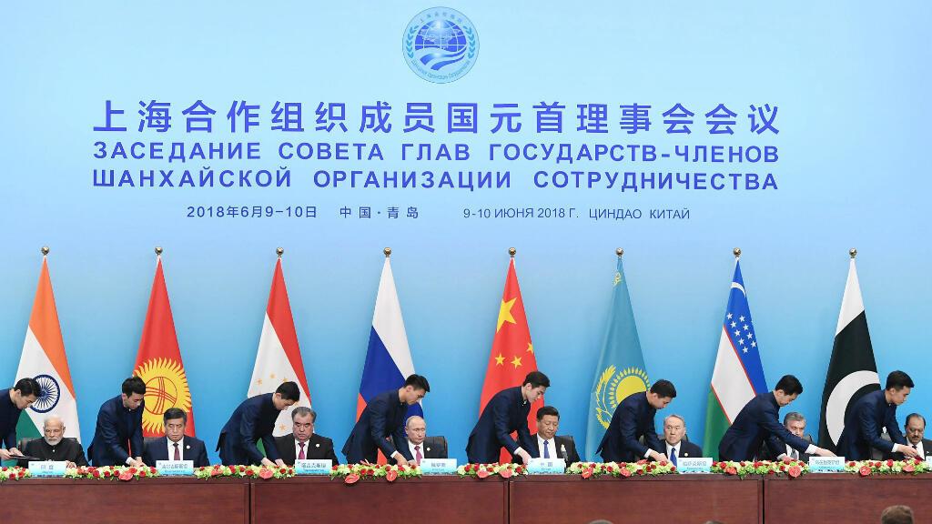 El primer ministro de India Narendra Modi, el presidente de Kirguistán Sooronbay Jeenbekov, el presidente de Tayikistán Emomali Rahmon, el presidente de Rusia Vladimir Putin, el presidente de China Xi Jinping, el presidente de Kazajstán Nursultan Nazarbayev, el presidente de Uzbekistán Shavkat Mirziyoyev y el presidente de Pakistán Mamnoon Hussain en la cumbre en Qingdao, China. 10 de junio de 2018.